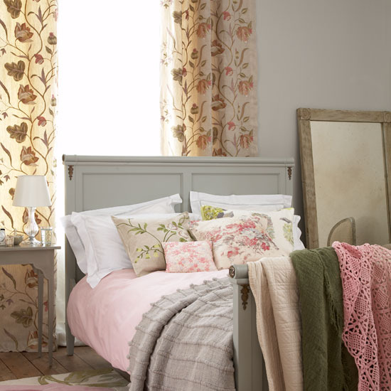 Country-Bedroom-Set-Design-with-Scatter-Cushion